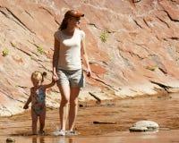 Eine Mutter und ein Kind lizenzfreie stockbilder