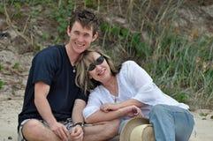 Eine Mutter und ihr erwachsener Sohn zusammen auf Strand. Lizenzfreie Stockbilder