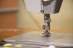 Eine Nähmaschine des alten Haushalts Nadel mit Faden stockfotografie