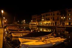 Eine Nacht auf der ruhigen Stadt von Lazise Italien Lizenzfreies Stockfoto