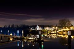 Nachtansicht vom Fluss Lizenzfreie Stockbilder