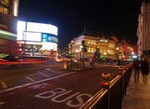 Eine Nachtansicht des Piccadilly Zirkuses in London Lizenzfreie Stockfotos