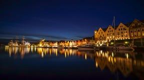 Eine Nachtlange Belichtungsphotographie von Bergen am Hafen mit schöner Wasserreflexion Lizenzfreies Stockfoto