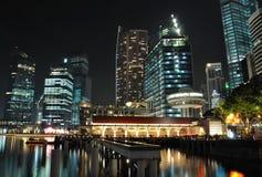 Eine Nachtszene der Singapur-Skyline und des Flusses lizenzfreie stockfotografie