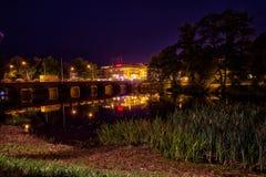 Eine Nachtszene durch den Fluss in Värnamo Lizenzfreies Stockfoto