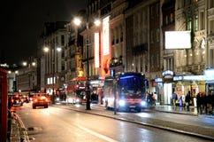 Eine Nachtzeitansicht hinunter den Strang in London Lizenzfreie Stockfotos