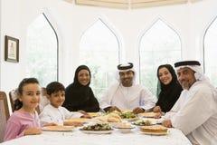 Eine nahöstliche Familie, die eine Mahlzeit genießt Lizenzfreie Stockbilder