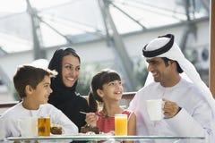 Eine nahöstliche Familie, die eine Mahlzeit genießt Stockbild