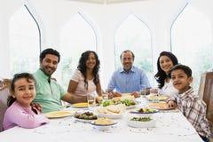 Eine nahöstliche Familie, die zusammen eine Mahlzeit genießt Stockfoto
