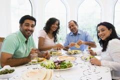 Eine nahöstliche Familie, die zusammen eine Mahlzeit genießt Stockbilder