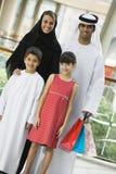 Eine nahöstliche Familie in einem Einkaufszentrum stockfotos