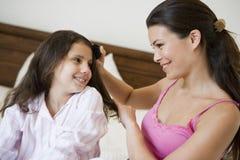 Eine nahöstliche Frau mit ihrer Tochter Lizenzfreie Stockfotos