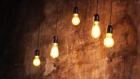Eine Nahaufnahme an den hellen Edison-Birnen, die von oben hängen stock video footage