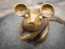 Eine Nahaufnahme der Skulptur der Maus mit großen Ohrbildhauern S Plotnikov und S Yurkus, das Wünsche auf cobbled durchführt lizenzfreie stockfotos