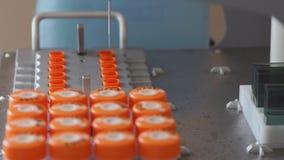 Eine Nahaufnahme der sterilen medizinisches Labormaschine führt die Analyse automatisch an der Entdeckung von Krebs durch Analyse stock footage