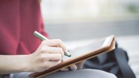 Eine Nahaufnahme der Tablette und der Hand mit einem Bleistift Stockfotos