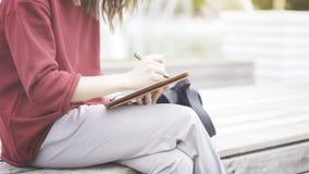 Eine Nahaufnahme der Tablette und der Hand mit einem Bleistift Stockfoto