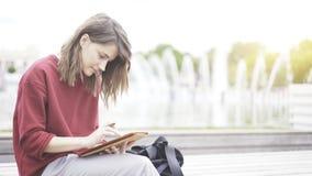 Eine Nahaufnahme der Tablette und der Hand mit einem Bleistift Lizenzfreie Stockfotografie