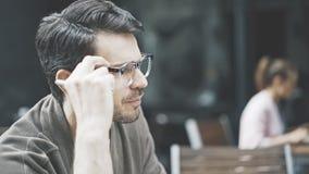 Eine Nahaufnahme des Mannes in den Brillen am Café draußen Lizenzfreie Stockfotos
