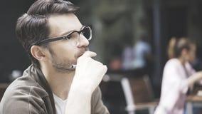 Eine Nahaufnahme des Mannes in den Brillen am Café draußen Stockfoto