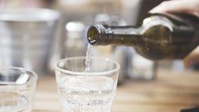 Eine Nahaufnahme des Mannes Süßwasser in ein Glas gießend stockfoto