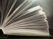 Eine Nahaufnahme des offenen Buches lizenzfreie stockfotografie