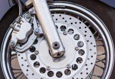 Eine Nahaufnahme des Vorderrads eines Motorrades mit Bremsen lizenzfreie stockbilder
