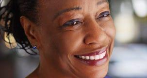 Eine Nahaufnahme einer älteren schwarzen Frau, die den Abstand untersucht Stockfotos