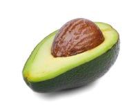 Eine Nahaufnahme einer Hälfte der gesunden Avocado Grün geschnittene Avocado auf einem weißen Hintergrund Exotische Früchte organ lizenzfreie stockbilder
