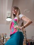 Eine Nahaufnahme einer schönen jungen Dame auf einem unscharfen Hintergrund Ein Mädchen in der stilvollen bunten Kleidung, die in Stockfotos