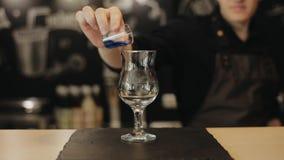Eine Nahaufnahme eines barista, das blaue Flüssigkeit in ein Glas gießt stock video