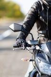 Eine Nahaufnahme eines Motorrades steht auf der Straße mit seinem alleininhaber stockfoto