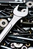 Eine Nahaufnahme eines Schlüssels mit Metallverbindungselementen Stockfotos