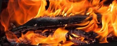 Eine Nahaufnahme von intence roten Flammen des Feuers Lizenzfreie Stockfotos