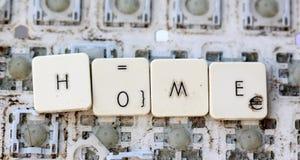 Eine nahe Ansicht einiger Tasten auf einer schmutzigen, gelb gefärbten Tastatur Lizenzfreies Stockbild