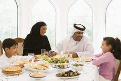 Eine nahöstliche Familie, die eine Mahlzeit genießt Lizenzfreies Stockbild