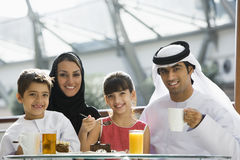 Eine nahöstliche Familie, die eine Mahlzeit genießt Lizenzfreie Stockfotos