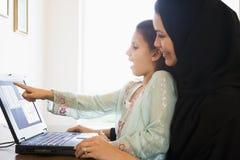Eine nahöstliche Frau und eine Tochter zu Hause Lizenzfreies Stockfoto