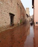 Eine nass Ziegelsteinstraße in Certaldo Italien stockfoto