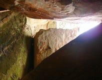 Eine natürliche Felsen-Höhle mit riesigen Felsen - Edakkal-Höhlen in Wayanad, Kerala, Indien stockbilder