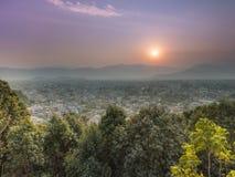 Eine nebelige Tagessonnensatz pokhara Stadt stockfotografie