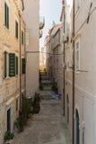 Eine Nebenstraße und eine Gasse in Dubrovnik in Kroatien Stockbilder