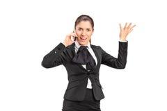 Eine nervöse Geschäftsfrau, die auf einem Handy schreit Stockbilder