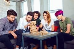 Eine nette Gruppe Freunde spielen Brettspiele lizenzfreies stockbild
