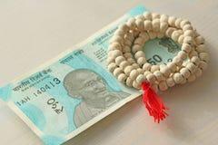 Eine neue Banknote von Indien mit einer Bezeichnung von 50 Rupien Indisches Bargeld Mahatma Gandhi und Rosenbeet, Perlen von Tula lizenzfreies stockfoto