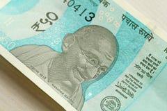 Eine neue Banknote von Indien mit einer Bezeichnung von 50 Rupien Indisches Bargeld Porträt von Mahatma Gandhi lizenzfreie stockbilder