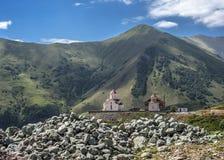 Eine neue Kirche auf dem Hintergrund von grünen Bergen Stockbilder