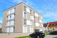 Eine neue moderne Stadtwohnung auf einem blauen Himmel in Deutschland lizenzfreie stockbilder
