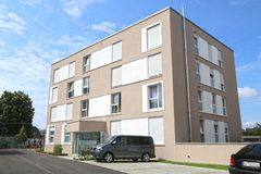 Eine neue moderne Stadtwohnung auf einem blauen Himmel in Deutschland stockbilder