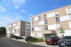 Eine neue moderne Stadtwohnung auf einem blauen Himmel in Deutschland lizenzfreies stockbild
